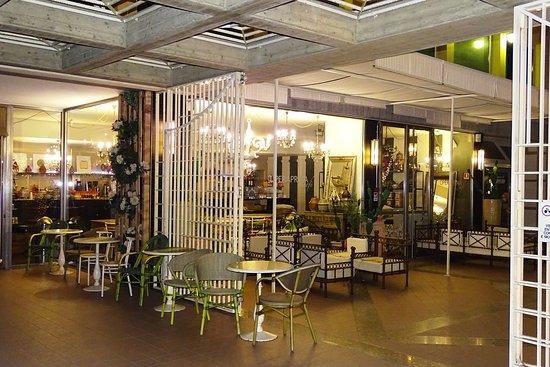 obchodní centrum a restaurace u hotelu
