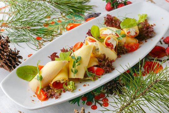 """Рулеты из сулугуни и томатов, фаршированные домашним творогом """"Надуги"""" с тархуном, мятой и специями"""