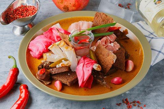 Три вида сала: копченое, сыровяленое и грудинка. Подаются с гурийской капустой, хлебом ржаным м бородинским, соленым огурцом, маринованным чесноком и мегрельской аджикой