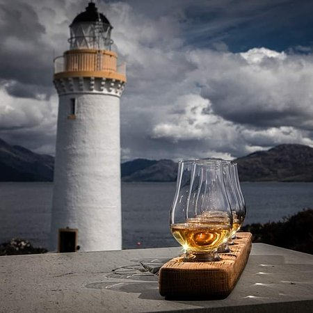 Isleornsay, UK: Enjoyed a wee dram (or 4) at Eilean Sionnach Lighthouse Cottage