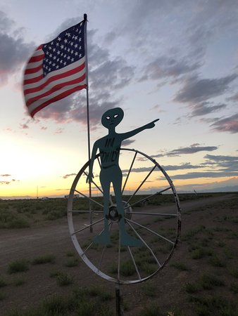 Hooper, โคโลราโด: Alien greets you as you drive up the road