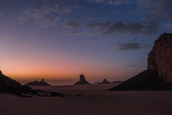 Tamanrasset Province, แอลจีเรีย: I always loved the desert. It sits on a sand dune. We see nothing. We do not hear anything. And yet something radiates in silence... From rugged landscapes to volcanic rocks, the endless dunes of the Hoggars are an invitation to contemplation.