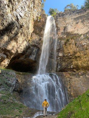 Tret, إيطاليا: Una cascata a dir poco impressionante. Lungo il mio itinerario alla scoperta delle cascate più belle del Trentino ho visitato luoghi bellissimi. Qui è il fragore dell'acqua che cade ad impressionare veramente