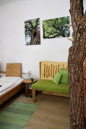 Gohrde, ألمانيا: Bio-Hotel Kenners LandLust - Unser 2019 renoviertes Eichenzimmer hat einen Fußboden aus heimischer Göhrdeeich.