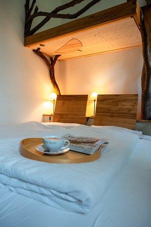 Gohrde, ألمانيا: Bio-Hotel Kenners LandLust - der Adlerhorst mit gemütlich eingekuscheltem Bett unter dem Hochbett fürs Kind.