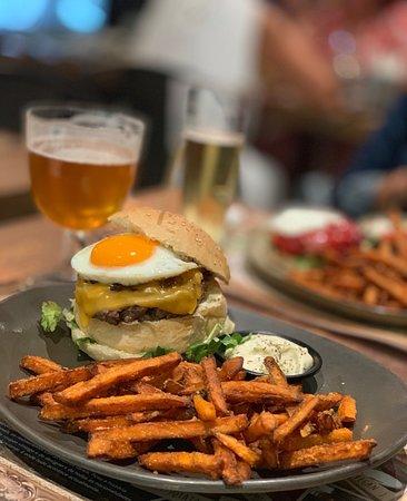 A melhor hambúrguer do concelho de Loulé, de todos até hoje o melhor sem duvida, serviço 5 estrelas, cozinha top, o melhor mesmo vale a pena.