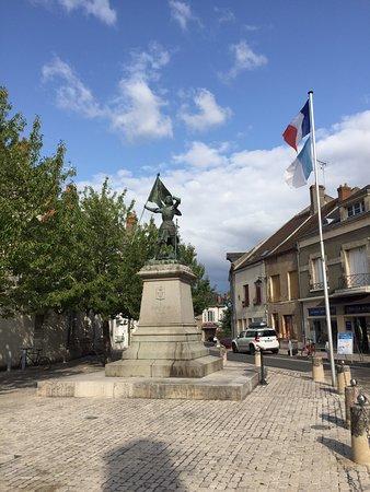Nicht gerade aufregend oder gar beeindruckend. Die Statur steht halt da. Ein kleiner Hingucker, in einer kleinen Stadt, in der es nicht viel zu sehen gibt.