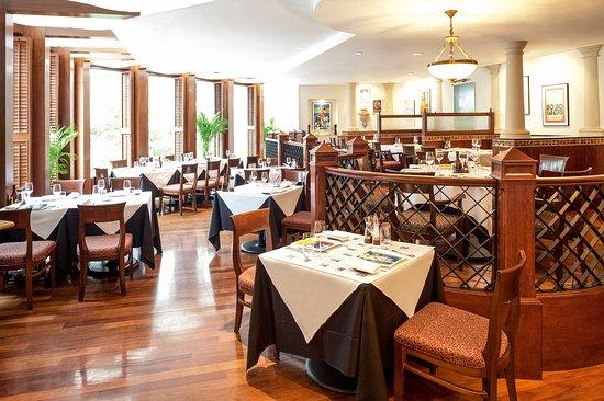 Pepino Italian Restaurant: Italian classic interior