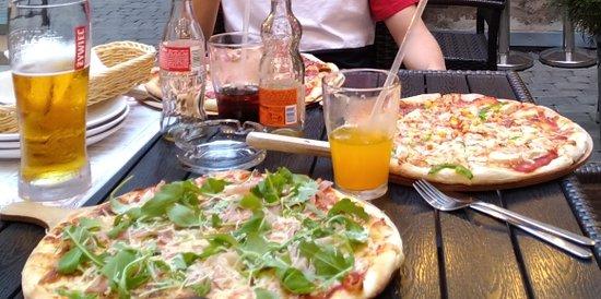 Maistuvaa pizzaa piilossa.