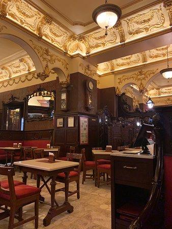 Un delicioso lugar con historia !  La comida es riquísima , la atención es muy buena y simplemente estar ahí es estar en otro dimensión histórica .  Recomendable
