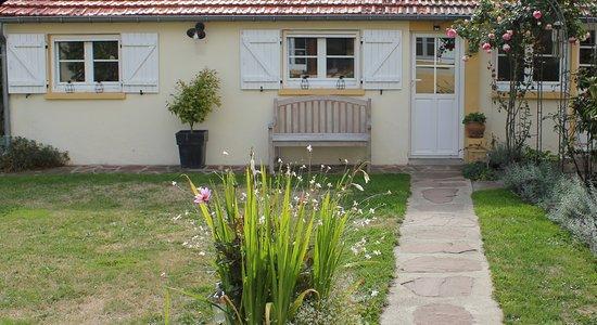 Ezy sur Eure, ฝรั่งเศส: Le Chemin du Village, chambre d'hôtes, dans l'Eure. La suite dans la dépendance.