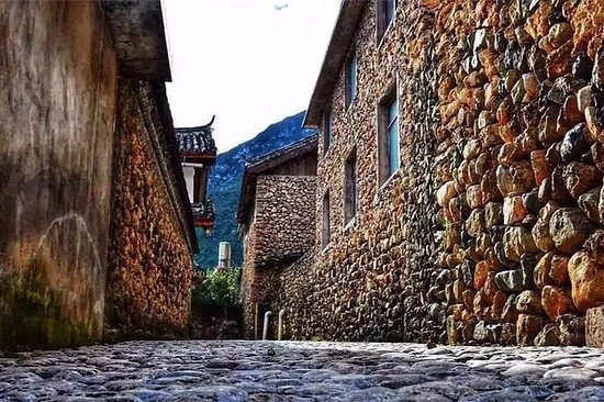 Excursión privada de un día a Lijiang a la aldea de Yuhu al pie...