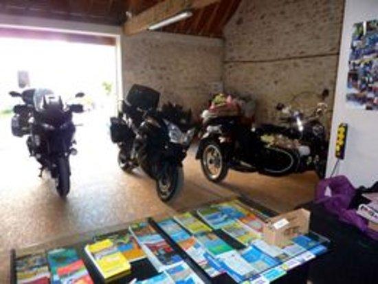 Saint-Quentin-sur-Indrois, فرنسا: Garage pour les motos