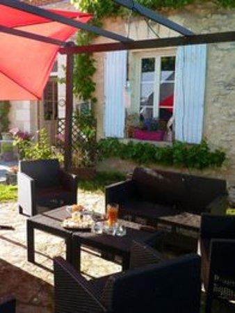 Saint-Quentin-sur-Indrois, فرنسا: Table pour l'apéritif