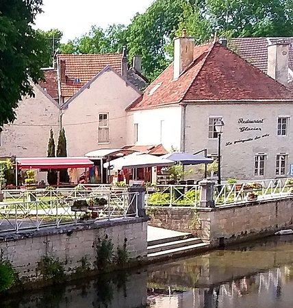 Essoyes, Francja: La guinguette des arts et ses terrasses