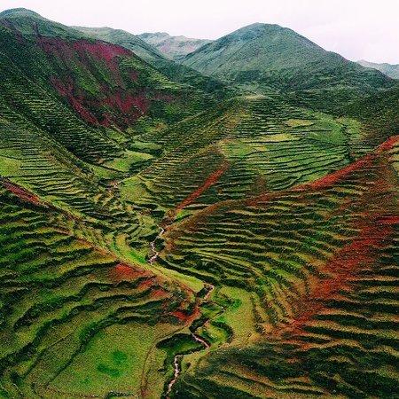Terrazas incas y quechuas camino a la montaña de Arcoiris de Palccoyo. Este maravilloso paisaje es unico y la magia de los colores suceden segun las temporadas de cocechas y siembras.   #VisitSouthAmerica