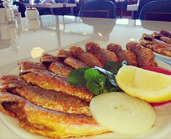 Sıcak yaz aylarında balık yemeyi ihmal etmeyin👍 Klimalı salonumuzda❄ Karadenizin günlük en taze balıkları ile hizmetinizdeyiz.