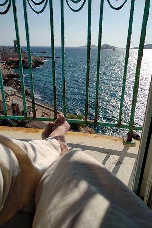 """Uitzicht op zee... Het middelste eiland was vroeger trouwens een gevangenis ; het """"Alcatraz"""" van Frankrijk"""