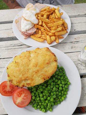 Blisworth, UK: Ham egg and chips, fish pie really nice!