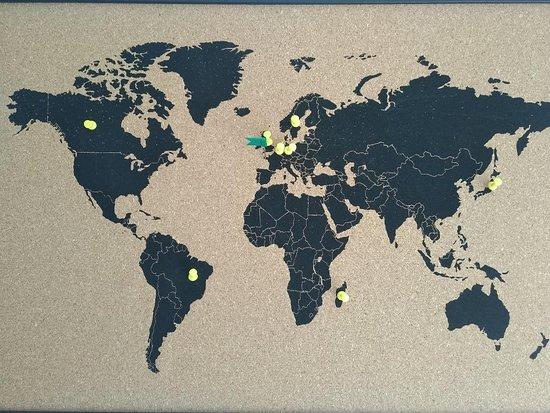 Mahalon, Frankrike: Depuis le commencement de mon activité, une carte du monde est affiché à l'entrée de ma boutique. Elle me permet de savoir où finissent mes pots de confitures avec les gens de passages.  Au fur et a mesure des discussions, je marque le pays sur la carte. J'en suis a chaque fois honoré qu'un de mets pots finissent dans un nouveau pays.  j'espère de tout cœur, pouvoir la finir un jour. Le dernier pays c'est la Suède, juste magique !