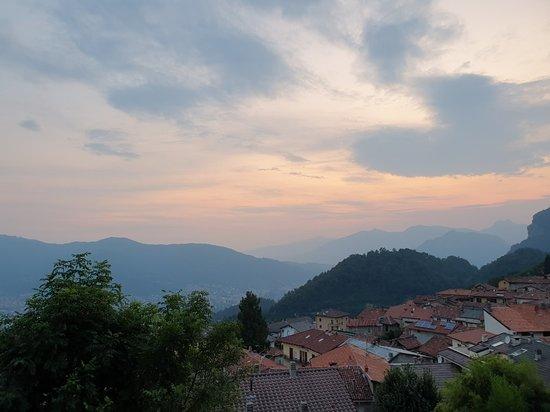 Carenno, Italia: vista mozzafiato da un piccolo paese sopra il lago di Lecco.