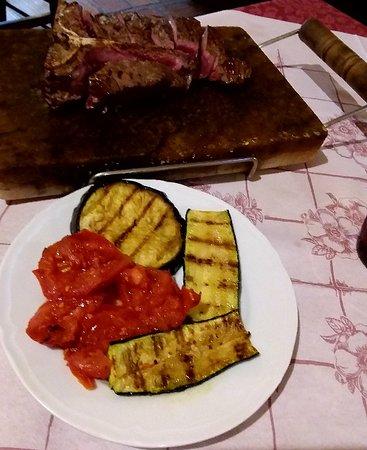 Quartesana, Italië: Eccellente cena con fiorentina di scottona cotta sulla piastra al sale e contorno di verdure orticole dell'agriturismo La Bozzola