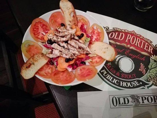 Old Porter: Oggi vi presentiamo St George, un'altra delle ricche insalatone del nostro menu' ideate dagli chef pollo alla piastra, insalata iceberg, radicchio, carote, olive, pomodoro e peperoni.