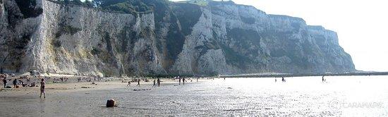 Berneval-le-Grand, Francja: A 10 minutes à pied, une superbe plage. Galets et sable.