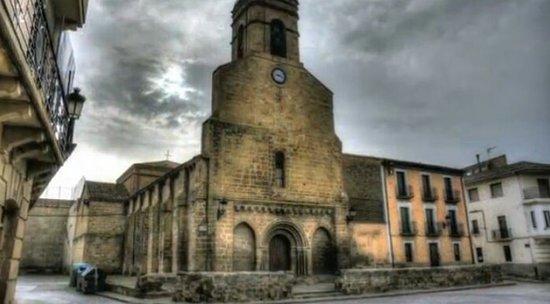 Carcastillo, Hiszpania: Plaza principal,la iglesia por dentro no la vi,pero fuera no esta muy conservada en mi opinión.