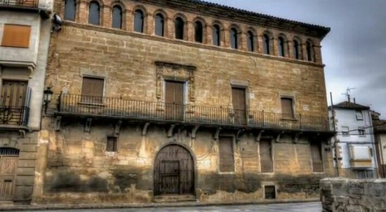Carcastillo, Hiszpania: Esta casa es enorme,una pena como esta,porque se nota que fue de familia importante en la zona.