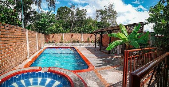 Gigante, Kolumbia: una piscina muy agradable y un jacuzzi con hidromasajes.