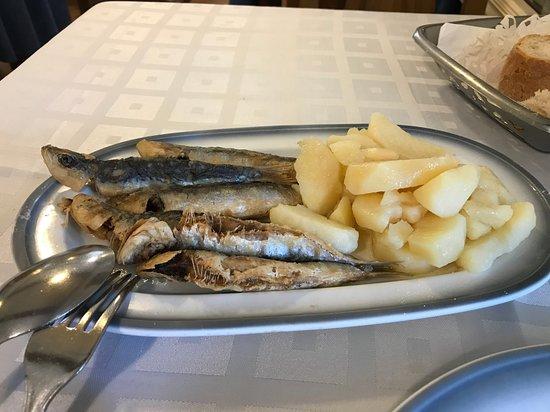 Lavacolla, สเปน: Hostal San Paioでの食事、イワシの素揚げです。