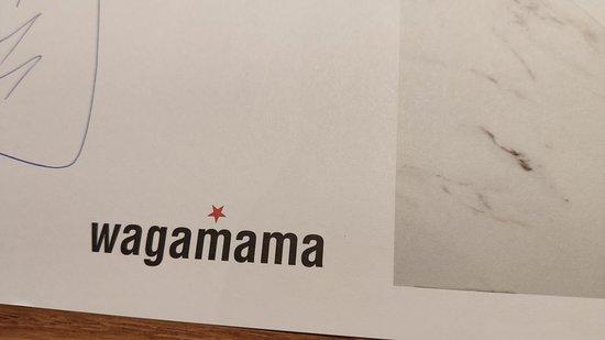 """Wagamama: Interessant: Die Bestellung aufnehmende Bedienung notiert die ausgewählten Speisen mit dem Kugelschreiber auf der """"Papierdecke"""", damit der/die Servierer/in dann die Speise treffend einsetzten kann."""