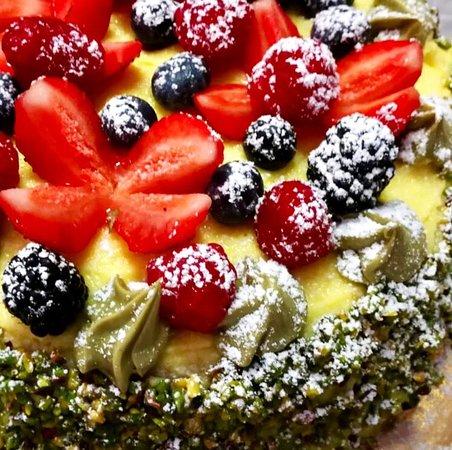 Torta al pistacchio con frutta allegra