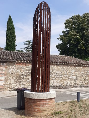 Negrepelisse, Francja: Close to the centre d'art et de design in Negreprelisse this piece of art in corten staal (?). When in this city in Tarn et Garonne and looking for the beautiful centre you will not miss this.