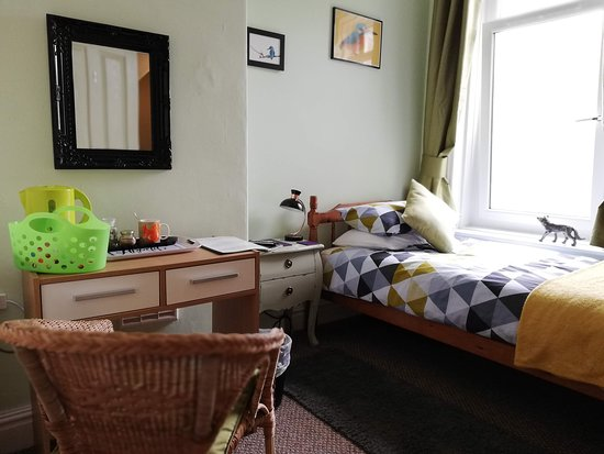 Workington House Bed & Breakfast: Single (1) - w/ wardrobe, desk, tea & coffee making facilities, en-suite, complimentary toiletri