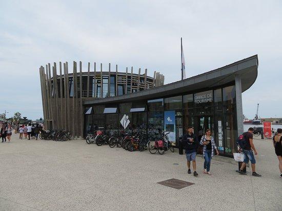 Saint Malo Baie Mont Saint-Michel Tourisme: Entrée de l'Office de Tourisme placé sur l'esplanade Saint-Vincent de Saint-Malo