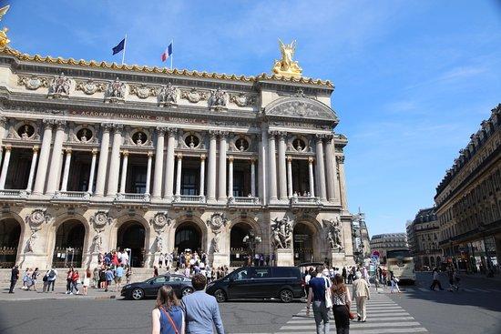 Statue Le Drame: C'est la troisième statue à droite de la façade