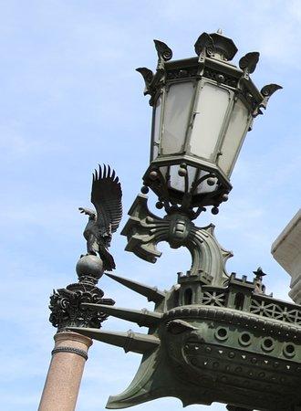 Les lampadaires de l'Opéra  - Les Colonnes Impériales:  A la base de cette colonne se trouve des figures de proue de bateaux et cette colonne ressemble à une colonne rostrale que j'ai vu par exemple sur la place de la concorde