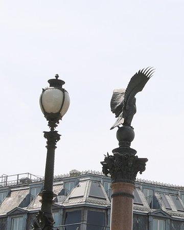 Les lampadaires de l'Opéra  - Les Colonnes Impériales: Ces lampadaires se situent à l'ouest de l'opéra et on peut les voir de loin grâce à l'aigle