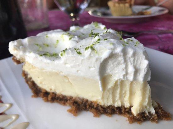 Tehkummah, Kanada: Delicious desserts. Save room