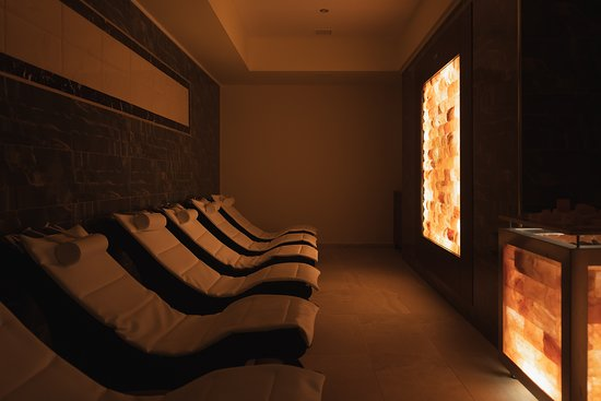 Neoi Epivates, กรีซ: Relax lounge with salt wall with himalayan salt bricks