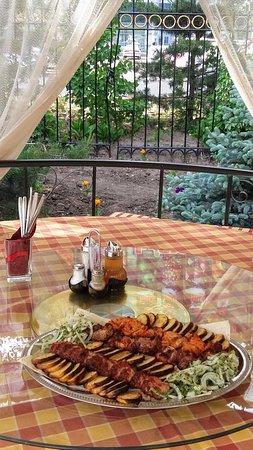 Karagandy, Kazachstan: Мясной сеть на летней терассе.