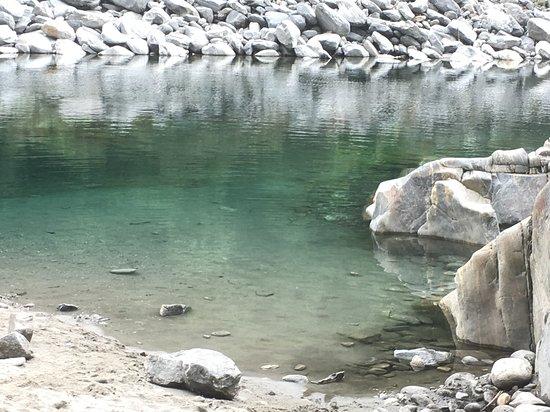 Avegno Gordevio, Suisse : Super cooler Badeplatz für Familien. Die Maggia fliesst hier praktisch gar nicht, bildet einen kleinen Pool, wo man auch Kinder mal ganz gut ohne ständige Beobachtung schwimmen lassen kann. Sandstrand oder auch Felsen! Kalt ist der Fluss aber trotzdem. Ort: das Maggiatal hinauf, ganz kurz vor Avegno. Parkplätze hat es auf beiden Strassenseiten. Zugang: direkt beim Parkplatz führt ein kleiner Naturpfad an die Maggia runter.