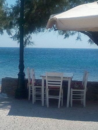 Psara, Grecja: les tables en bordure de plage