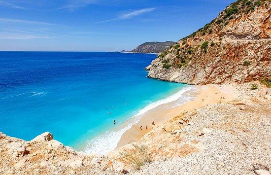 ตุรกี: La costa turca del Mediterraneo e dell'Egeo è un alternarsi frastagliato di calette preziose, promontori, piccoli isolotti, penisole circondate da una natura lussureggiante e da innumerevoli siti archeologici. Il mare è turchese e cristallino.