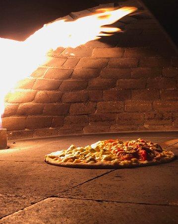 • Você conhece o nosso forno?  Foi desenvolvido pela mais renomada empresa de fornos há décadas no mercado. Ele nos possibilita a utilização ou não da lenha. Sendo assim, evitamos o consumo de madeira e, com sua potência, temos um melhor resultado no cozimento e sabor das massas. 🌿 * Estamos localizados na Rua do Mucugê, 301 * Reservas e delivery: (73) 3575 1790