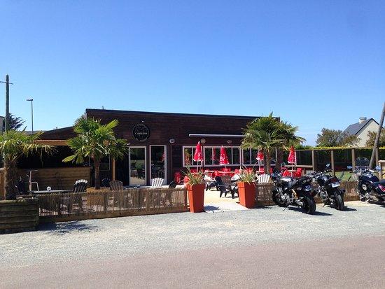 Surtainville, Fransa: L'amarre a changé de propriétaire fin mai et vous accueille désormais les pieds dans le sable, sous les palmiers.