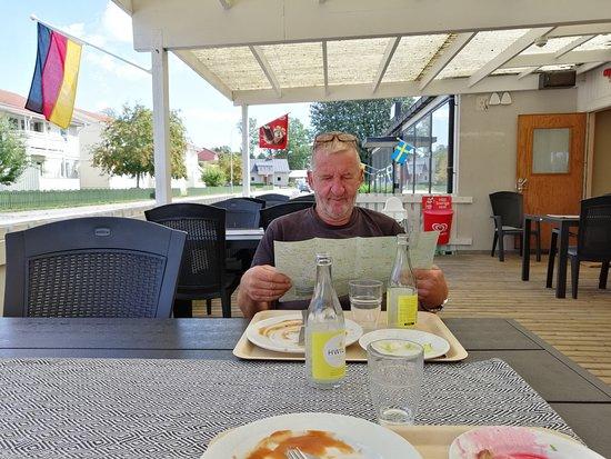 Virserum, Suecia: Uteservering på restaurangen.