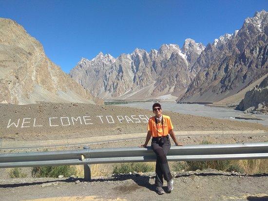 """Pasu, باكستان: Estas formaciones geológicas únicas en el mundo, se llama Tupopdan, o también La catedral de Passu, o los Conos de Passu, su altura máxima es de 6.106 mts. Cuando vi este paisaje la primera vez, y la segunda tambien, me quede fascinada por la belleza del lugar. El viajero verá en un parte de la montaña algo escrito con piedras blancas que pone """" Jubilee Mubarak"""" o """"Didar Mubarak"""" no recuerdo bien, es en honor a su líder Ismaelita el Aga Khan, cuando visito el lugar en 1990."""